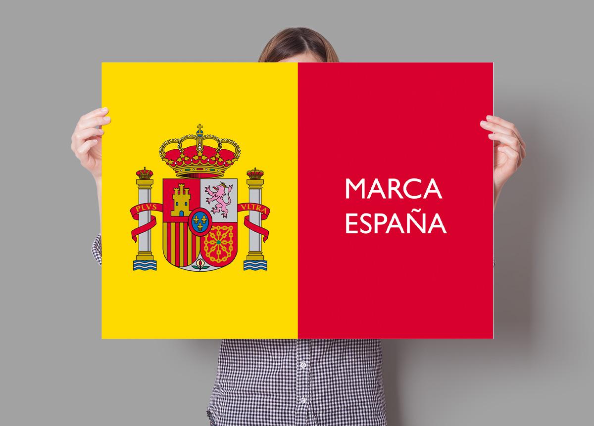 Bandera de España y cartel Marca España