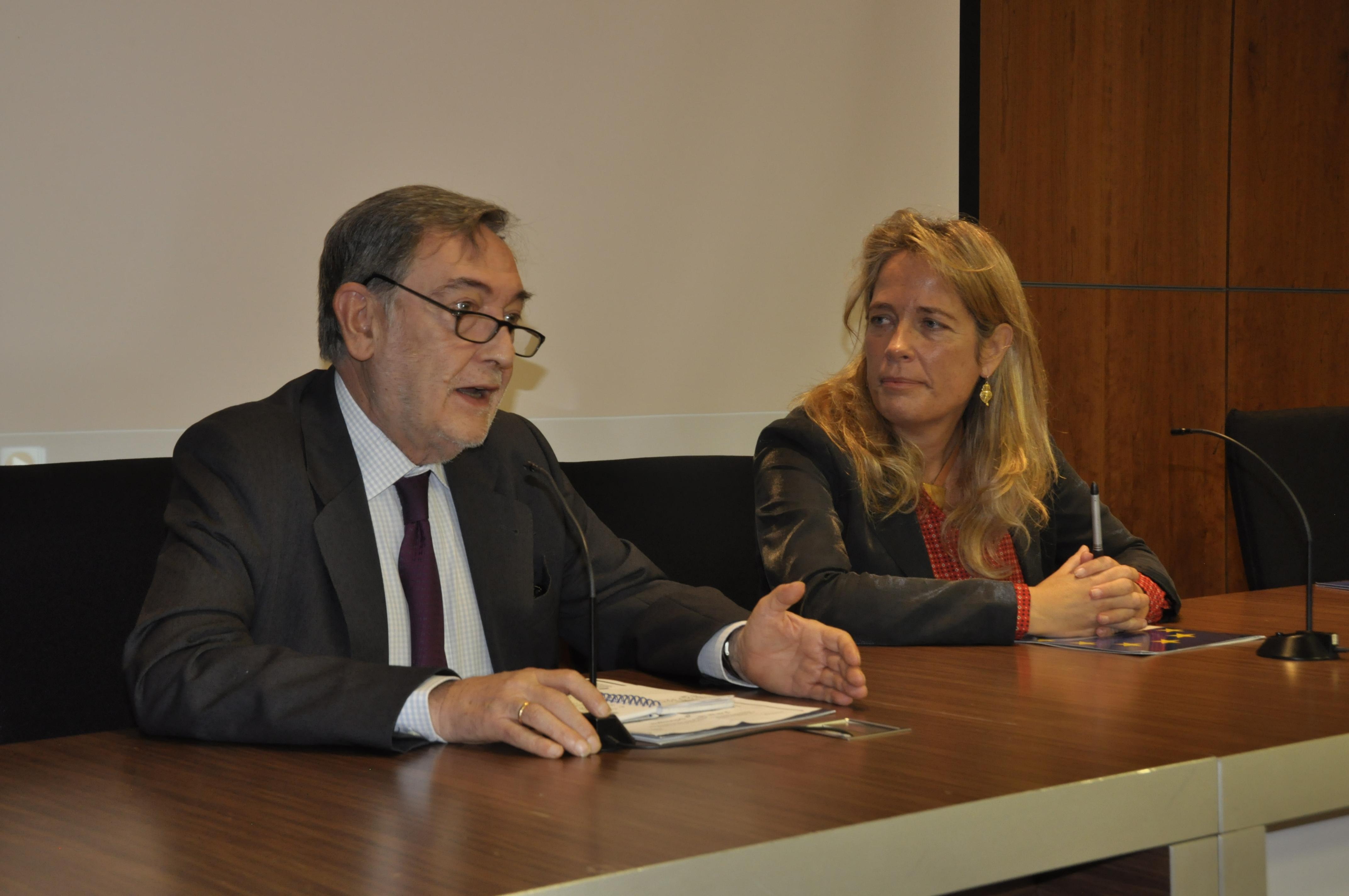 La decana de la Facultad de Ciencias Sociales y de Comunicación, Rocío Albert junto a Eugenio Nasarre