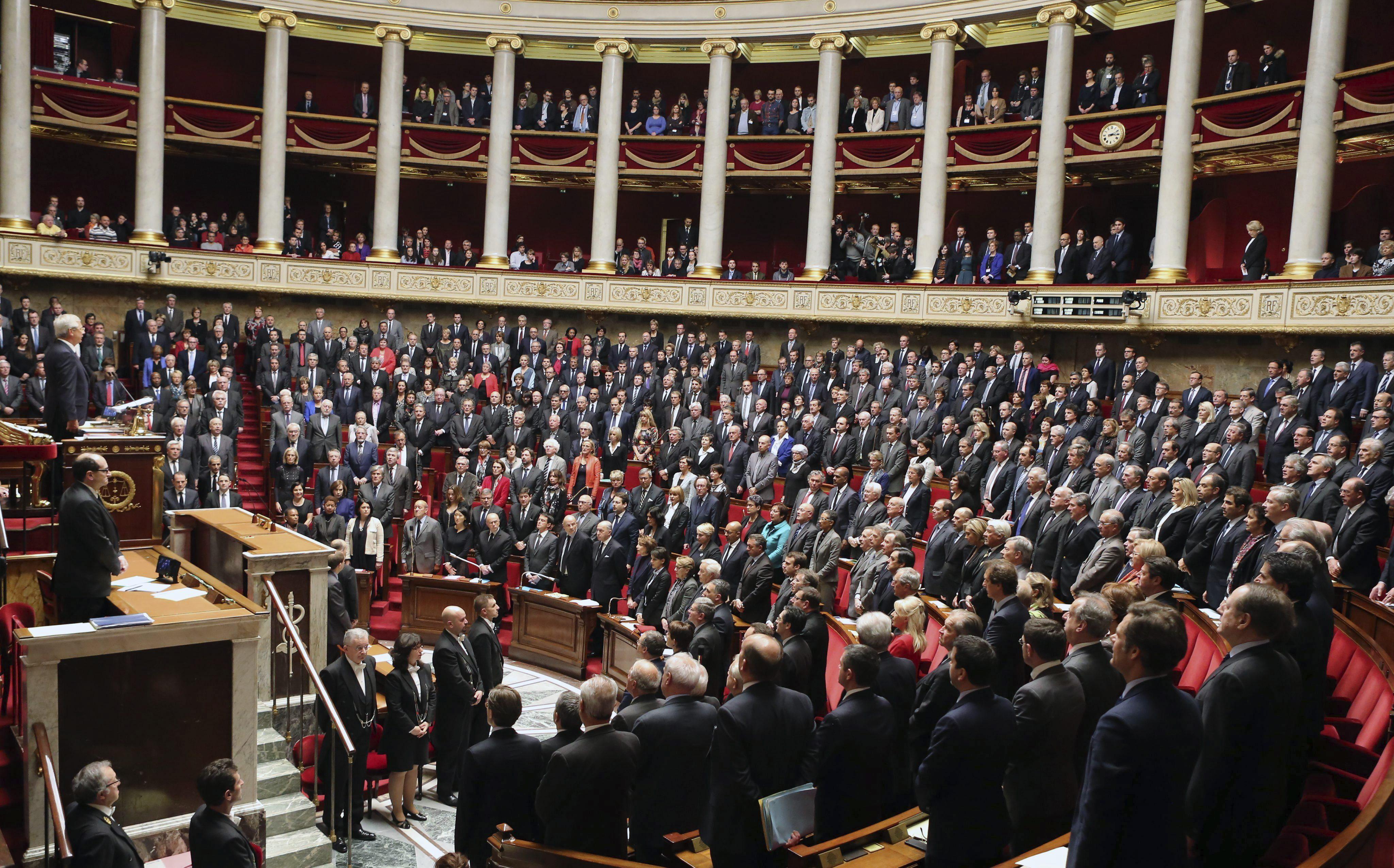 Miembros del parlamento francés guardan un minuto de silencio por las víctimas de los recientes atentados yihadistas en la sede del Parlamento en París,