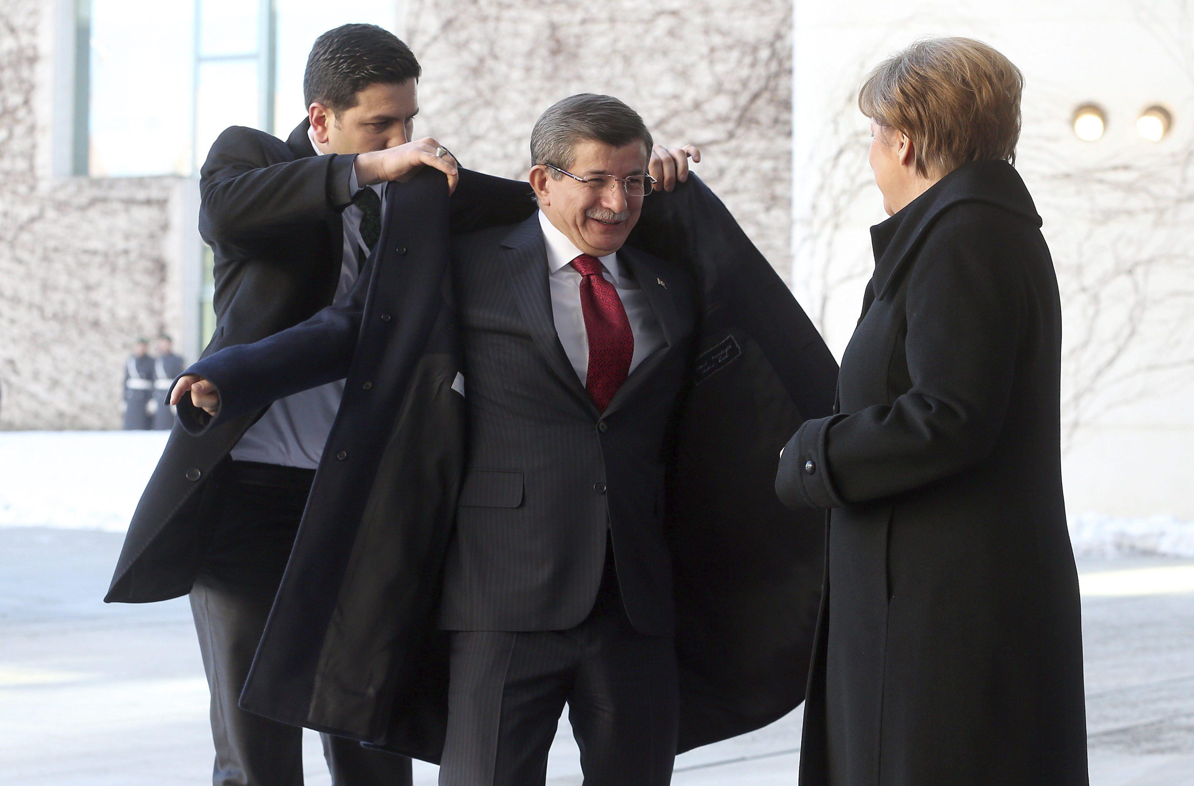 La canciller alemana, Angela Merkel (dcha), recibe al primer ministro turco, Ahmet Davutoglu, con honores militares a su llegada a la Cancillería, hoy, 22 de enero de 2016 en Berlín (Alemania). EFE/Wolfgang Kumm