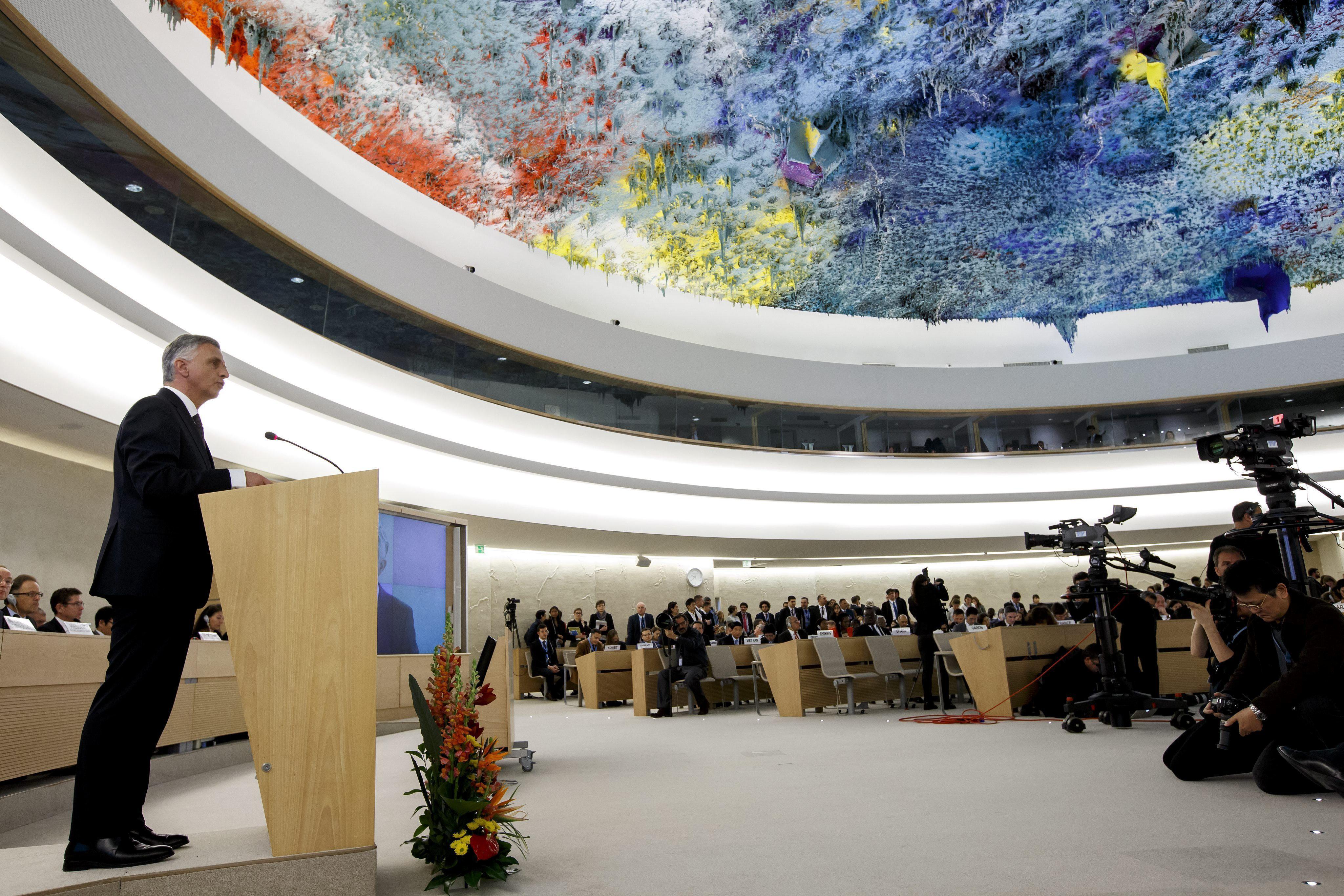 El ministro de Exteriores suizo, Didier Burkhalter, pronuncia su discurso bajo la cúpula decorada por el español Miquel Barceló durante la inauguaración del segmento de alto nivel de la 28ª sesión del Consejo de Derechos Humanos de la ONU, en la sede europea de la ONU en Ginebra (Suiza),
