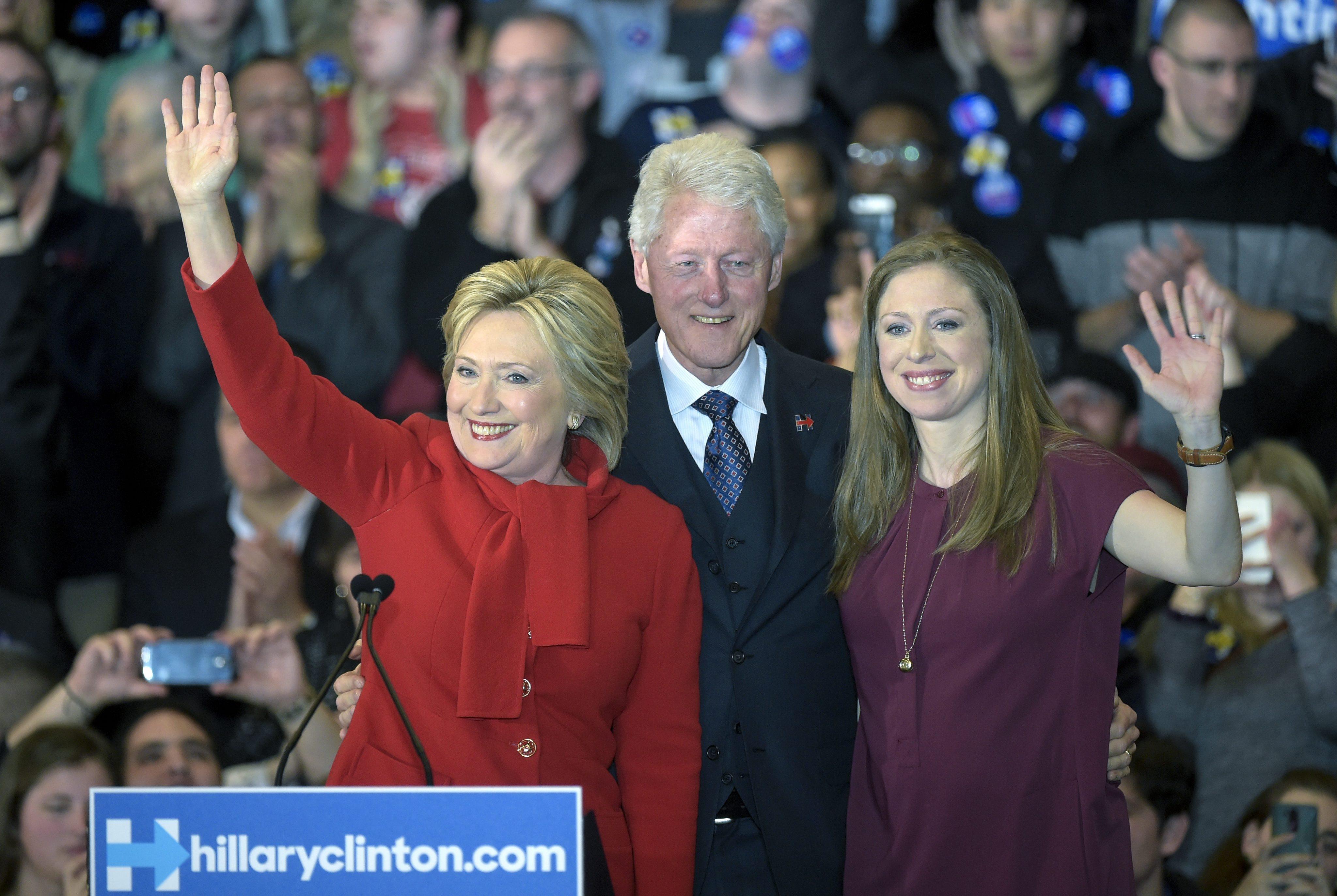 La candidata presidencial de partido Democráta Hillary Clinton (i) saluda junto a su esposo, el expresidente de EE.UU Bill Clinton (c), y su hija Chelsea Clinton (d) durante la noche del caucus del partido Demócrata hoy, lunes 1 de febrero de 2016, en Olmsted Center de la universidad de Drake en Des Moine (EE.UU.). Los caucus de Iowa, que abren la etapa de elecciones primarias en EE.UU., comenzaron hoy en escuelas, gimnasios y centros comunitarios de todo el estado, con los aspirantes demócratas casi empatados en las encuestas y el republicano Donald Trump a un paso de lograr su primer gran triunfo. EFE/CRAIG LASSIG