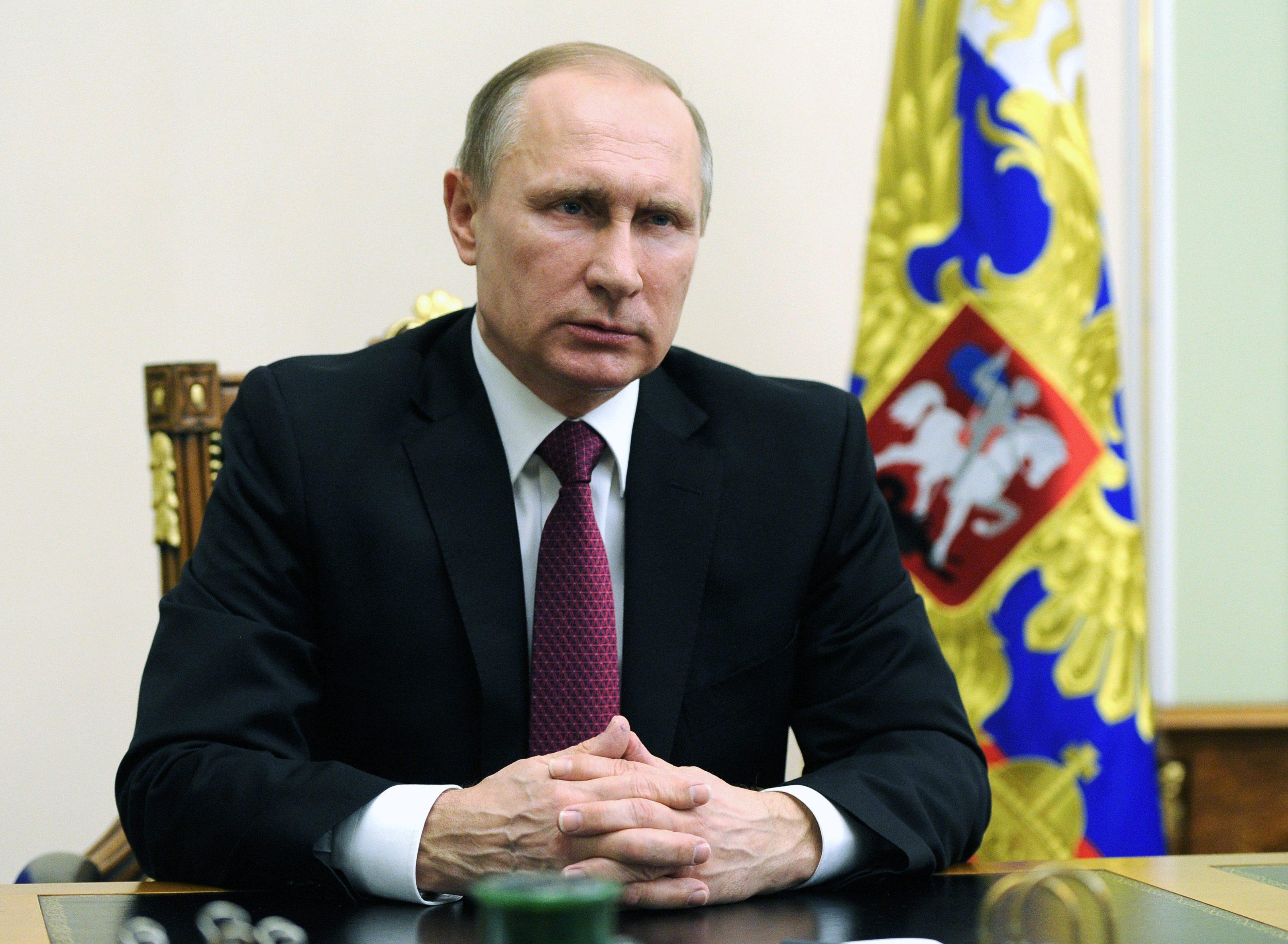 MOS03- MOSCÚ (RUSIA), 22/02/2016.- El presidente ruso, Vladímir Putin, habla en una emisión de televisión hoy, lunes 22 de febrero de 2016, en Moscú, donde dijo que Rusia hará todo lo posible para garantizar que Damasco respete el acuerdo de alto el fuego alcanzado con EEUU a partir de la medianoche del 27 de febrero, y deseó que la comunidad internacional lo apoye. EFE/MIKHAIL KLIMENTYEV/ POOL