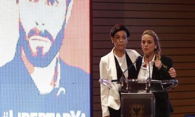 La mujer y madre de Leopoldo López junto a una imagen del opositor