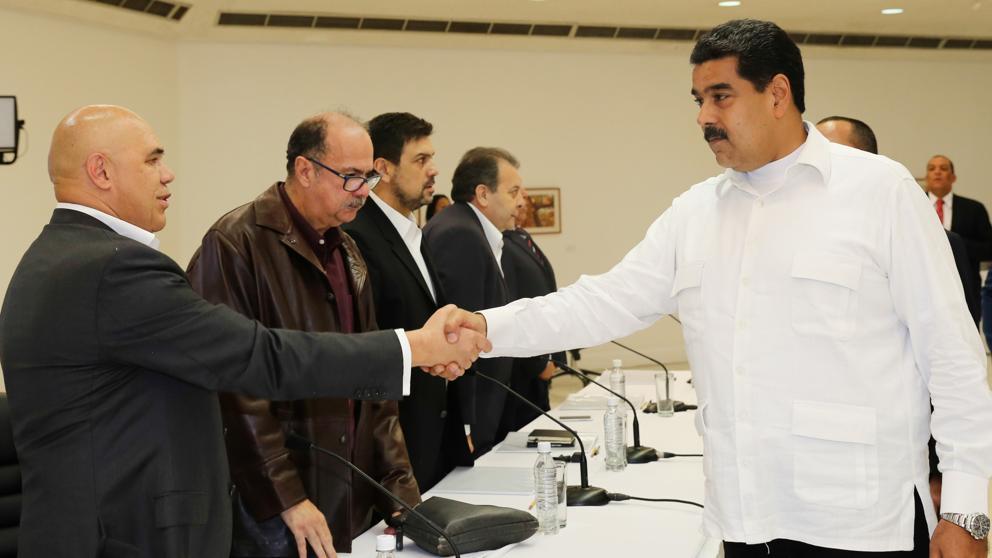 (El Presidente de Venezuela dando la Mano al portavoz de la Oposición, Torrealba. Agencia EFE)