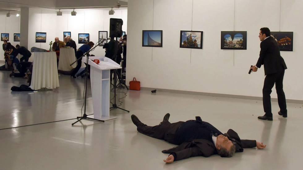 Momento en el que el policía turco asesina al embajador ruso en Ankara durante la inauguración de una exposición.
