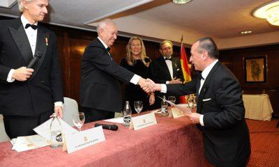 José Mª Peredo recibiendo su condecoración como miembro de la Academia de la Diplomacia