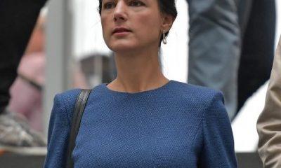 EPA04. BERLÍN (ALEMANIA), 25/09/2017.- La líder del grupo parlamentario La Izquierda, Sahra Wagenknecht, tras una rueda de prensa en Berlín, Alemania, hoy, 25 de septiembre de 2017. El escrutinio final de los votos de las elecciones alemanas confirmó hoy la victoria del bloque conservador liderado por la canciller, Angela Merkel, con un importante retroceso, y el estreno del ultraderechista Alternativa para Alemania (AfD) en el Parlamento como tercera fuerza. EFE/THORSTEN WAGNER