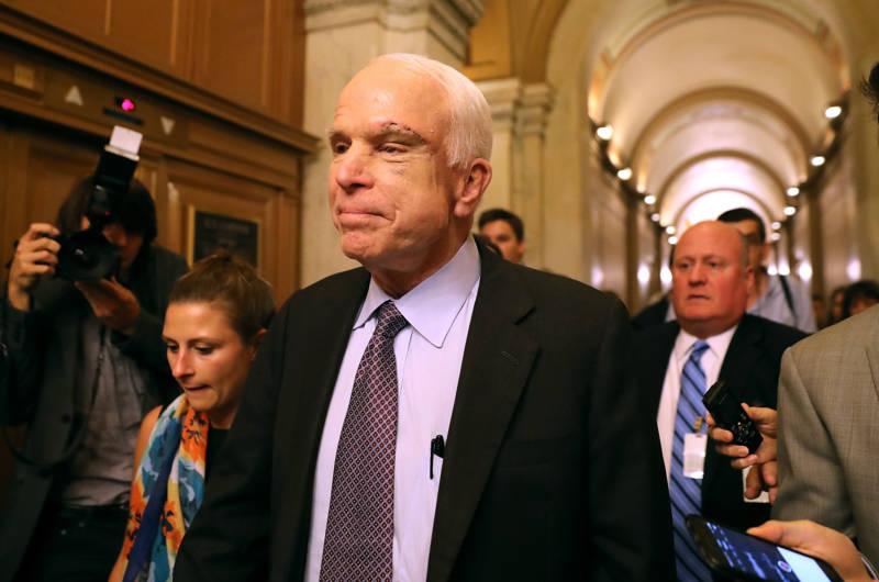 El senador John McCain a su salida de la cámara || Getty Images