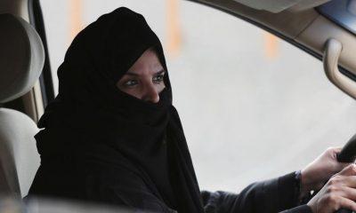 Una mujer conduce un coche en una autopista de Riad, Arabia Saudí, durante una campaña de protesta por los derechos de las mujeres (AP)