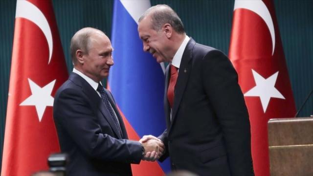 Vladimir Putin y Recep Tayyip Erdogan estrechando las manos || Imagen: HispanTV