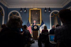 """MIA32. NUEVA YORK (EE.UU.), 08/11/2017.- Fotografía cedida del alcalde de Nueva York Bill de Blasio quien habla durante la primera conferencia de prensa tras su reelección hoy, miércoles 8 de noviembre de 2017, en la sede del Ayuntamiento en Nueva York (Estados Unidos). El recién reelecto alcalde de Nueva York, Bill de Blasio, afirmó hoy que su triunfo en las urnas y el resultado electoral de otros estados significan que los estadounidenses """"se están despertando"""" para """"recuperar su democracia"""". EFE/Edwin J Torres/Oficina Alcalde de Nueva York/SOLO USO EDITORIAL/NO VENTAS"""