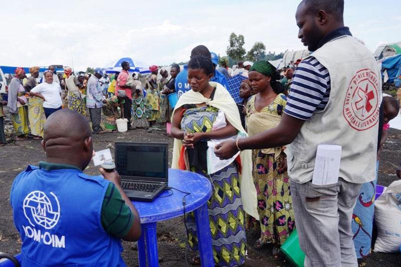 Miembros de la OIM ayudando a refugiados. www.iom.int