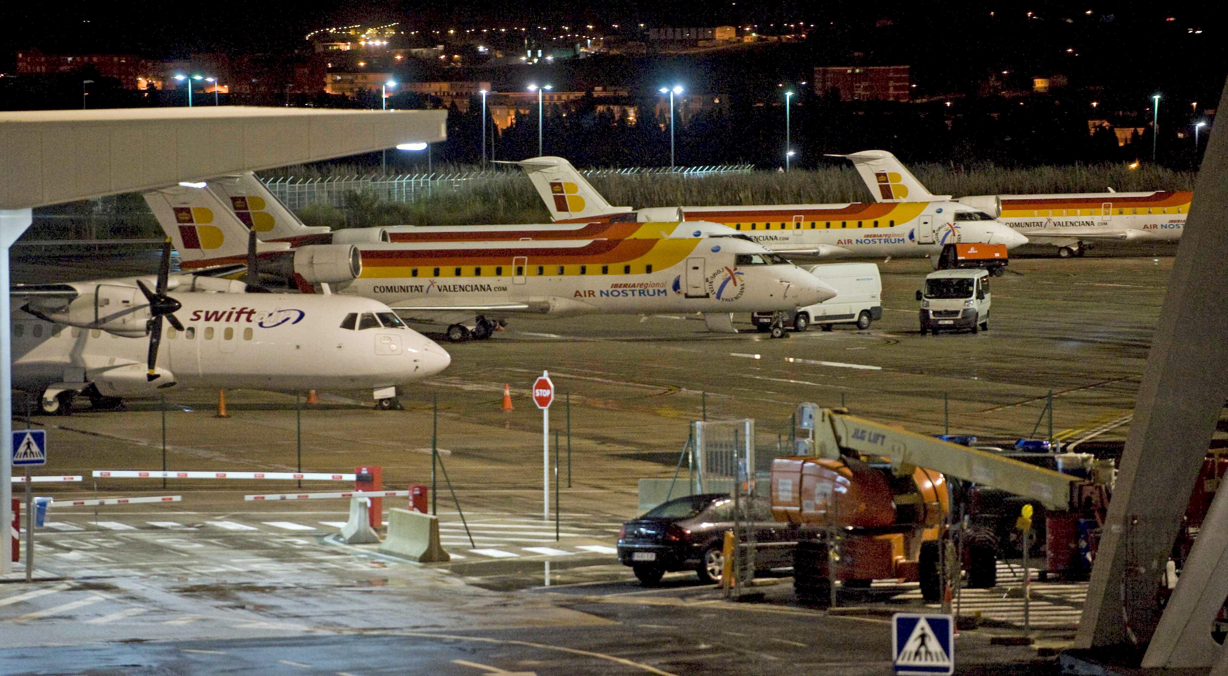 VIZ08. VIZCAYA, 03/12/2010.- La flota de aviones en el Aeropuerto de Loiu (Vizcaya) permanece inmovilizada a consecuencia de la baja masiva de controladores aéreos, que ha colapsado el tráfico aéreo de la península. EFE/MIGUEL TOÑA