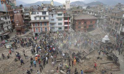 -FOTODELDIA- KA02 KATMANDÚ (NEPAL) 25/04/2015.- Varias personas buscan supervivientes entre los escombros tras un terremoto en Katmandú, Nepal, el 25 de abril del 2015. Nepal sufrió hoy un seísmo de 7,5 grados en la escala de Richter, según el Servicio Geológico de Estados Unidos (USGS), que ha dejado daños importantes en Katmandú y aún indeterminados en otras partes del país. Además, varios montañeros han fallecido y un número importante han resultado heridos en el campo base al pie del Everest como consecuencia del terremoto, mientras que dos españoles que se encuentran allí, uno de ellos turolenses, han resultado ilesos. EFE/Narendra Shrestha