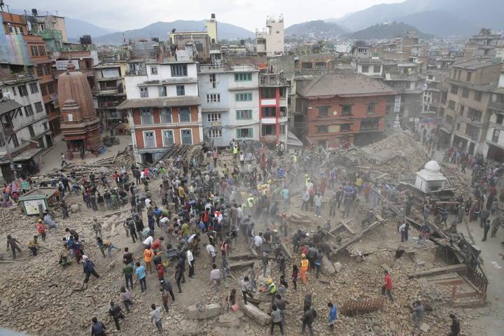 Varias-personas-buscan-supervivientes-entre-los-escombros-tras-un-terremoto-en-Katmandú-Nepal