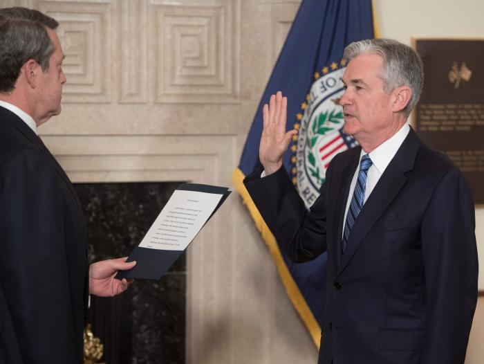 Jerome Powell, nuevo presidente de la Reserva Federal de Estados Unidos, toma juramento al posesionarse este lunes en el cargo.