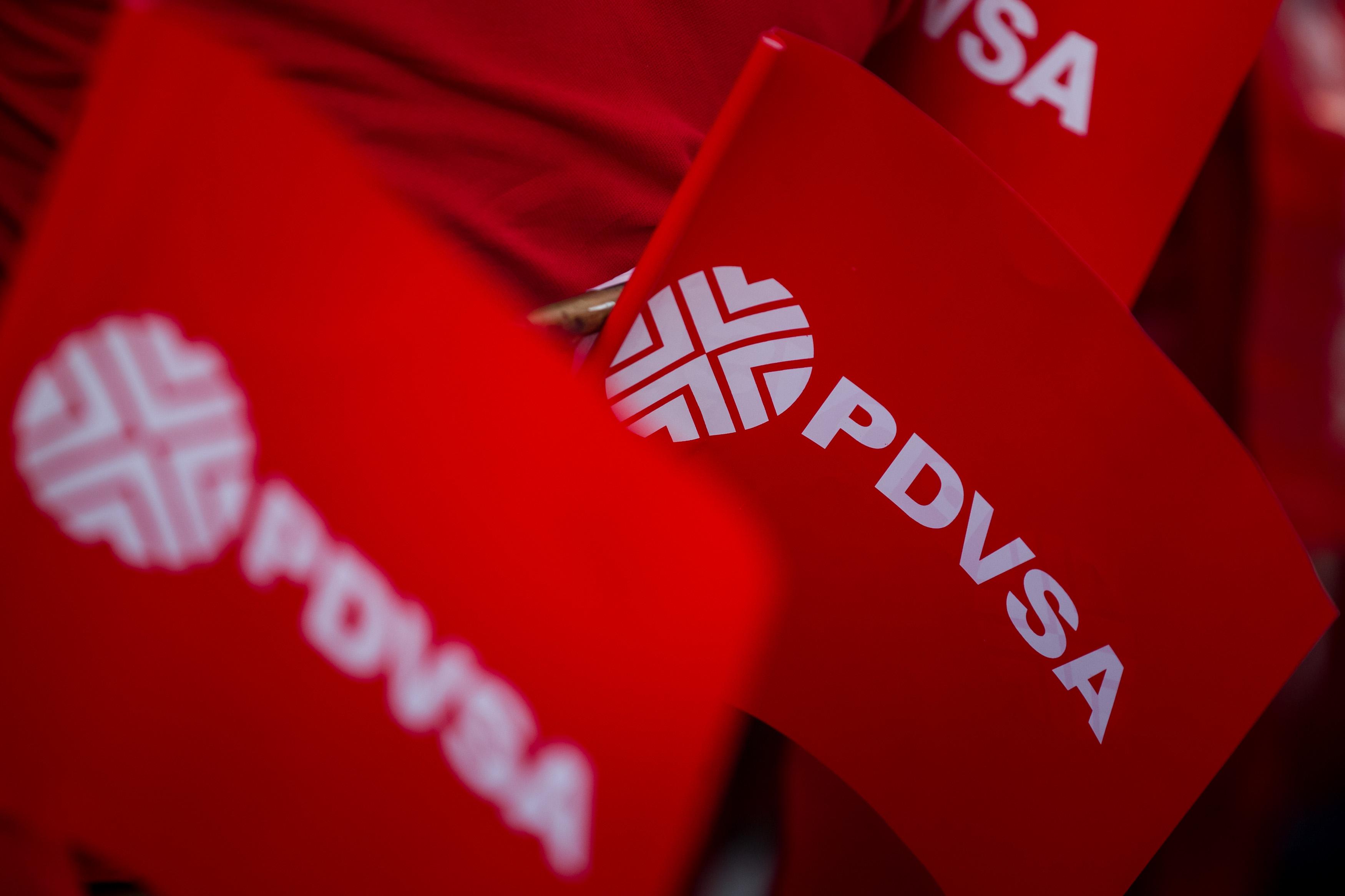 """CAR002. CARACAS (VENEZUELA), 31/01/2017 - Vista de algunas banderas de la Estatal de Petróleos de Venezuela (PDVSA) durante un acto de Gobierno hoy, martes 31 de enero de 2017, en Caracas (Venezuela). El presidente de Venezuela, Nicolás Maduro, juramentó hoy una nueva junta directiva de la estatal Petróleos de Venezuela (PDVSA) para """"curar las heridas económicas"""" del país y, así, la empresa pueda ser """"una gran palanca"""" de desarrollo y crecimiento de la nación. EFE/MIGUEL GUTIÉRREZ"""