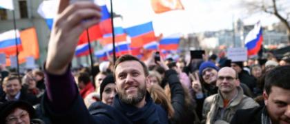 Alexei Navalny tomándose una foto en una protesta (AFP Photo/ Kirill Kudryavtsev)