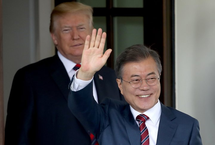 WASHINGTON, DC - MAY 22:  U.S. President Donald Trump (L) welcomes Republic of Korea President Moon Jae-in to the White House May 22, 2018 in Washington, DC. Trump and Moon are scheduled to meet to discuss developments in the proposed meeting with North Korean leader Kim Jong-un.  (Photo by Win McNamee/Getty Images)