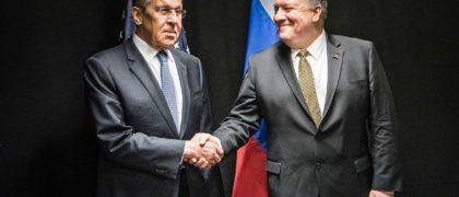 """EPA3926. ROVANIEMI (FINLANDIA), 06/05/2019.- El secretario de Estado estadounidense, Mike Pompeo (d), estrecha la mano del ministro de Exteriores ruso, Sergei Lavrov (i), durante la undécima reunión ministerial del Consejo Ártico, este lunes en Rovaniemi (Finlandia). Pompeo alertó hoy de las ambiciones de Rusia y China en el Océano Ártico, región que calificó como """"un escenario de poder y competencia globales"""" a medida que es más accesible por el derretimiento del hielo polar. EFE/Jouni Porsanger / Ministerio de Exteriores de Finlandia FOTO CEDIDA? SOLO USO EDITORIAL? PROHIBIDA SU VENTA"""