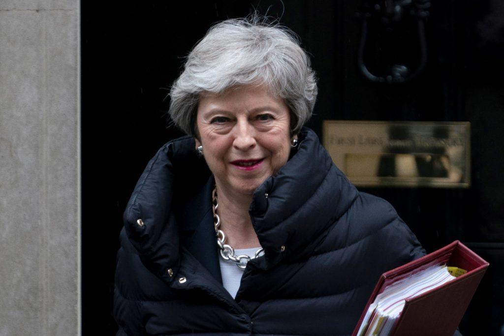 WOL005. LONDRES (REINO UNIDO), 08/05/2019.- La primera ministra británica, Theresa May, sonríe a su salida del 10 de Downing Street para asistir a la sesión de control a la primera ministra en la Cámara de los Comunes, este miércoles, en Londres (Reino Unido). EFE/ Will Oliver