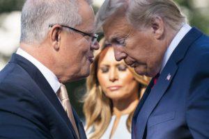 Scott Morrison (izquierda) habla con Donald Trump, durante una ceremonia de la Casa Blanca. Foto: Bloomberg.