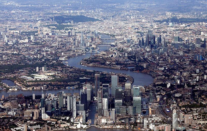 REUTERS/HANNAH MCKAY - Canary Wharf y el distrito financiero de la ciudad de Londres se ven desde una vista aérea, Gran Bretaña, el 8 de agosto de 2019.