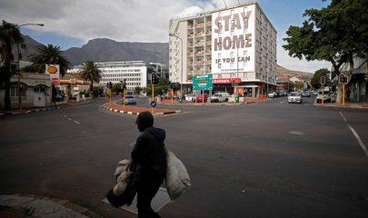 Un hombre pasea por delante de un cartel anunciando la cuarentena en Ciudad del Cabo, Sudáfrica, el 26 de marzo empieza la cuarentena. Mike Hutchings Reuters