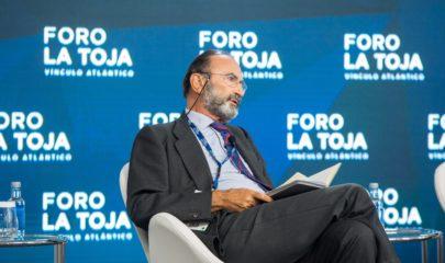 """El presidente del Real Instituto Elcano, Emilio Lamo de Espinosa en la mesa redonda titulada """"El mundo que viene, ¿Nada será igual? durante el II Foro La Toja - Vínculo Atlántico."""