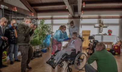 El primer día de vacunación en un asilo de ancianos en Múnich, Alemania, el mes pasado Credit...Laetitia Vancon para The New York Times